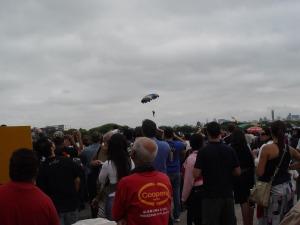 Paraquedistas foram lançados a partir do C-95