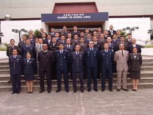 A turma de investigadores da Força Aérea Equatoria